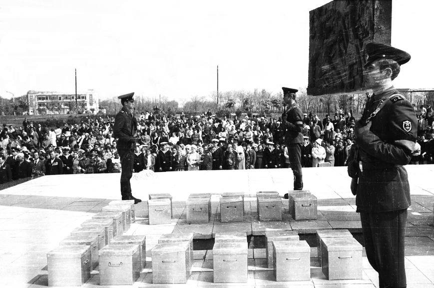 Перезахоронение останков воинов у обелиска в Комсомольском парке Ильичёвска (Фото И.А. Цалко, 09.05.1975г.)