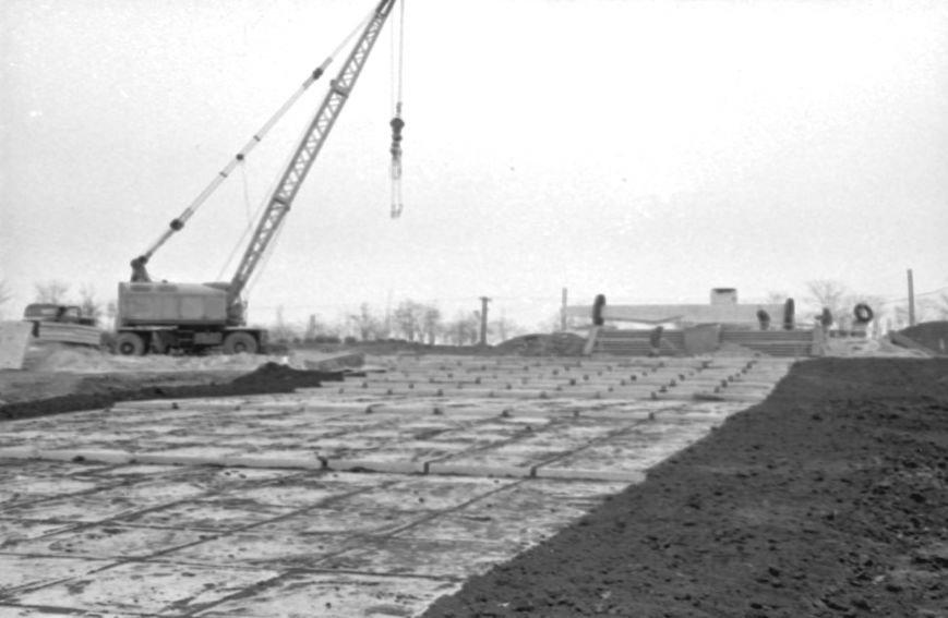 Строительство обелиска в Комсомольском парке Ильичёвска (веска 1975 года).