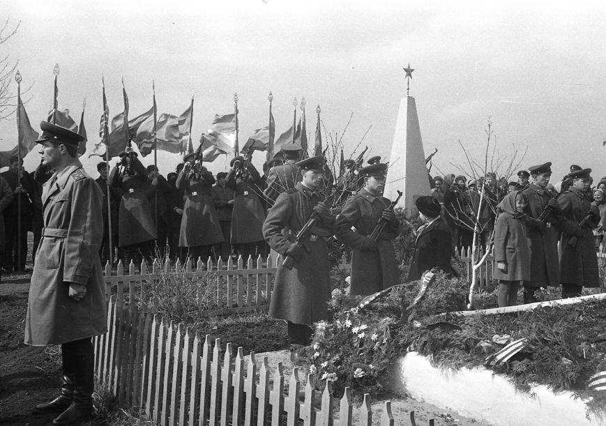У братской могилы в Ильичёвске (Фото В.Н. Джапаридзе, 12.04.1969г.)