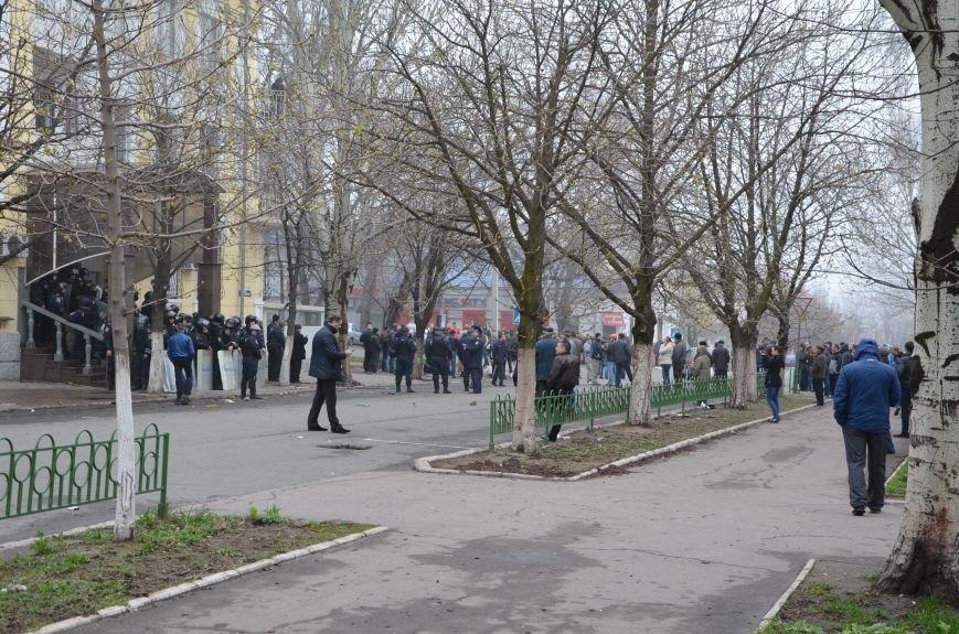 В Мариуполе под стенами ГУ милиции избиты 9 митингующих за единство Украины (ФОТО+ Видео), фото-15