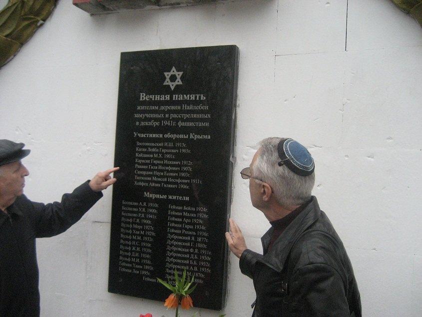 Григорий Каган (слева) и Анатолий Гендин октрывают доску