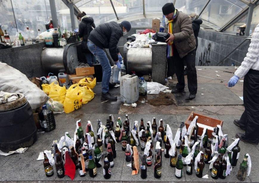 10 - Протестующие делают коктейли Молотова, 20 февраля 2014 года. Reuters. Vasily Fedosenko