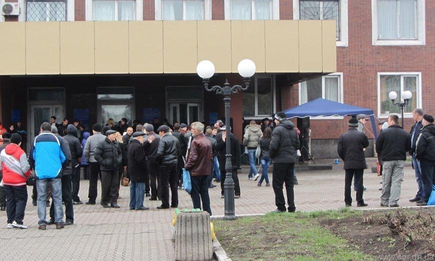 Что сейчас происходит перед зданием Енакиевского горсовета, фото-2