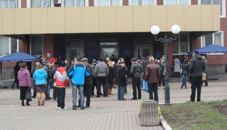 Что сейчас происходит перед зданием Енакиевского горсовета, фото-1