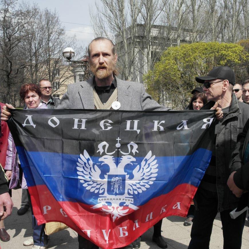 Флаг Донецкой Республики провисел над Красноармейским исполкомом не более 10 минут (ФОТО), фото-1