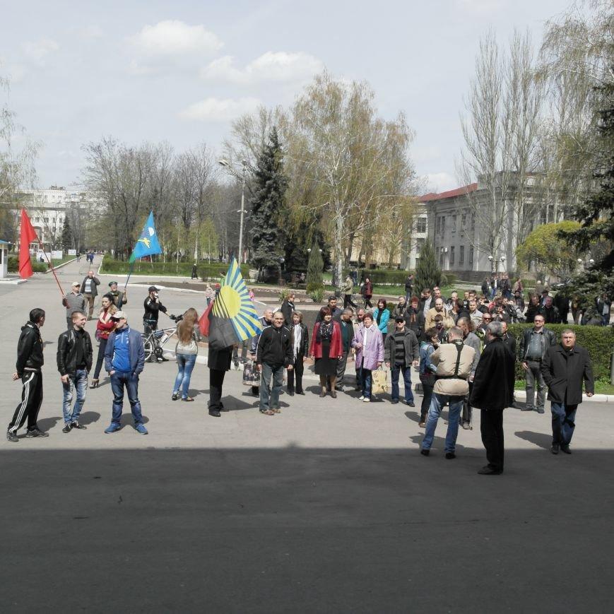 Флаг Донецкой Республики провисел над Красноармейским исполкомом не более 10 минут (ФОТО), фото-2