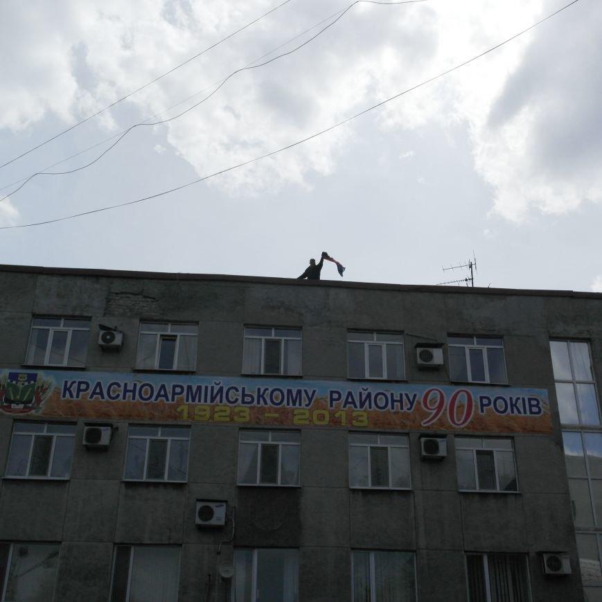 Флаг Донецкой Республики провисел над Красноармейским исполкомом не более 10 минут (ФОТО), фото-6