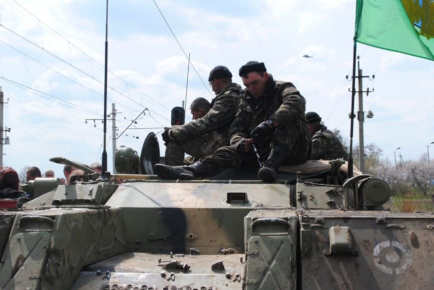 15 БТР с украинской армией в Краматорске переезд на Пчелкино, фото-3
