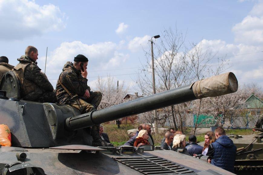 15 БТР с украинской армией в Краматорске переезд на Пчелкино, фото-15
