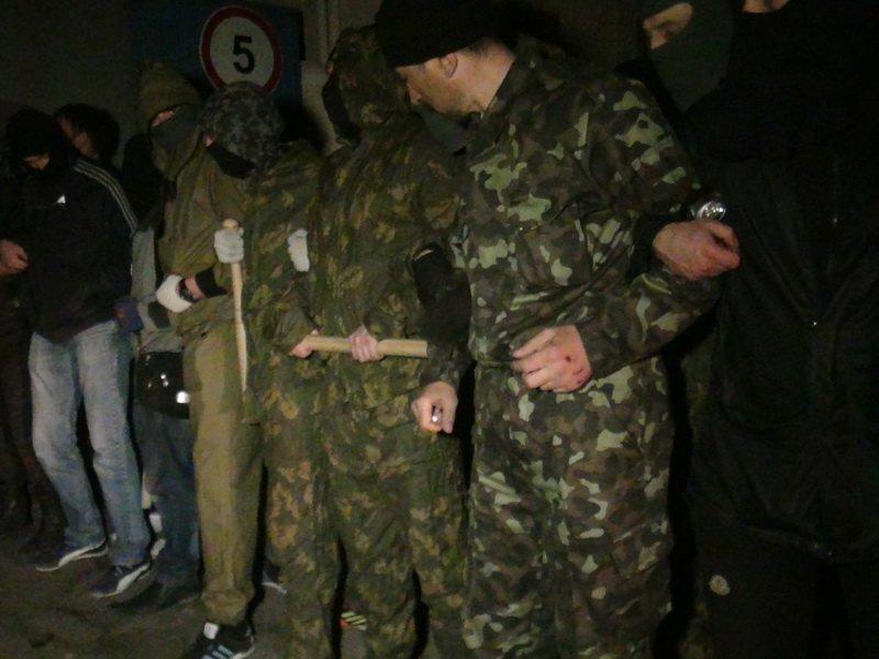 В Мариуполе штурмуют воинскую часть, требуют сдать оружие (ВИДЕО+ФОТОРЕПОРТАЖ, Обновляется) (фото) - фото 2