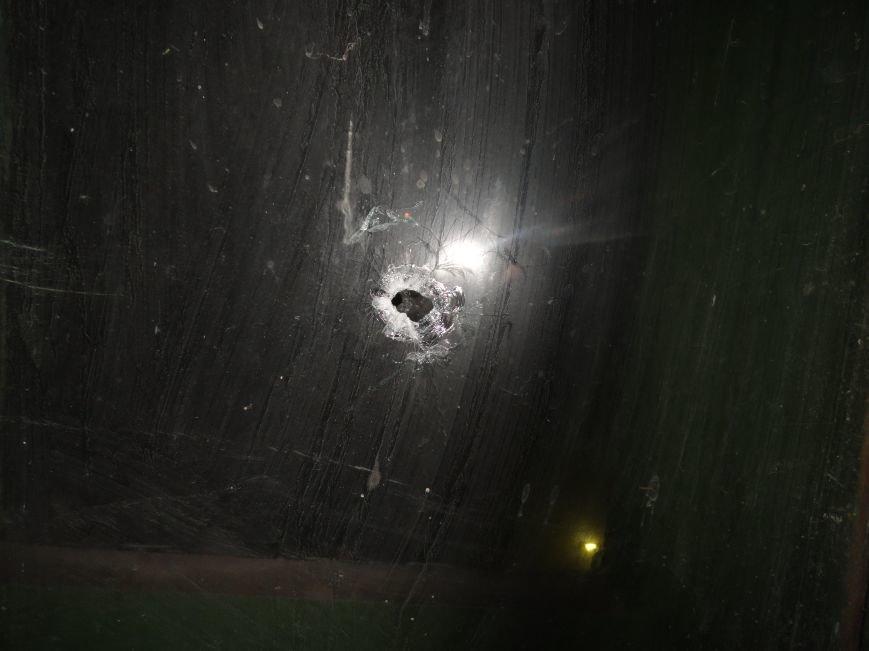 В Мариуполе штурмуют воинскую часть, требуют сдать оружие (ВИДЕО+ФОТОРЕПОРТАЖ, Обновляется) (фото) - фото 3