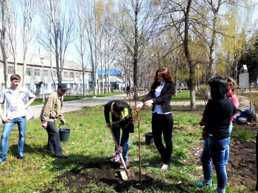 В Часов Яре выпускники провели акцию «Зеленый город» и высадили яблони (ФОТО), фото-5