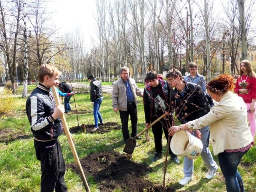 В Часов Яре выпускники провели акцию «Зеленый город» и высадили яблони (ФОТО), фото-2