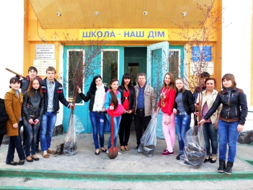 В Часов Яре выпускники провели акцию «Зеленый город» и высадили яблони (ФОТО), фото-1