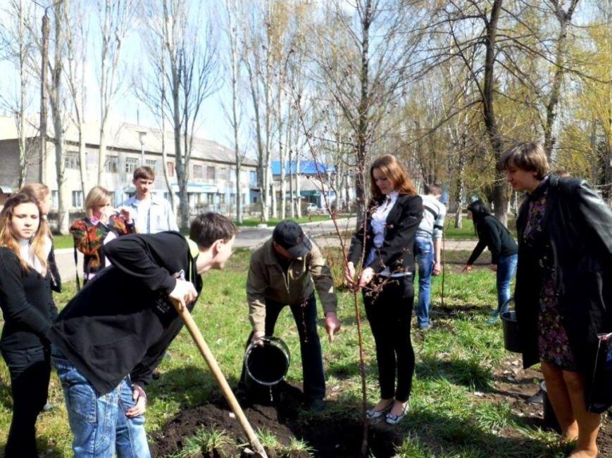 В Часов Яре выпускники провели акцию «Зеленый город» и высадили яблони (ФОТО), фото-4