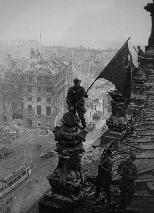Кадры войны - Е.Халдей. Знамя Победы. 1945