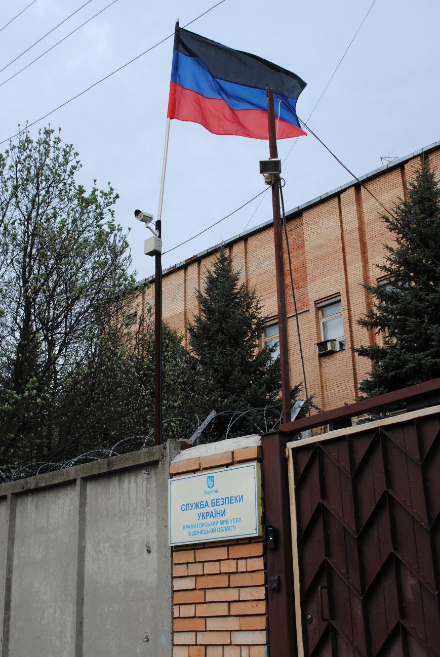 Над зданием Краматорского СБУ флаг Донецкой республики (ФОТОФАКТ), фото-2