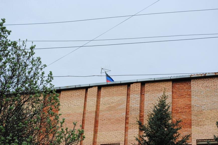 Над зданием Краматорского СБУ флаг Донецкой республики (ФОТОФАКТ), фото-1