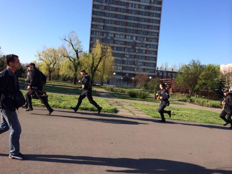 В Мариуполе здание горсовета освободили от захватчиков? (Обновляется+ФОТО, ВИДЕО) (фото) - фото 2