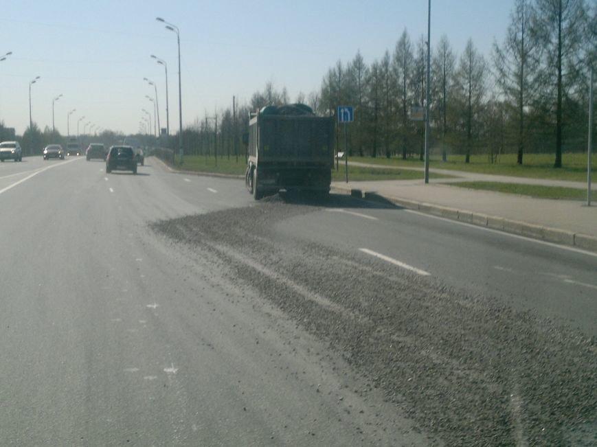грузовик рассыпал щебень