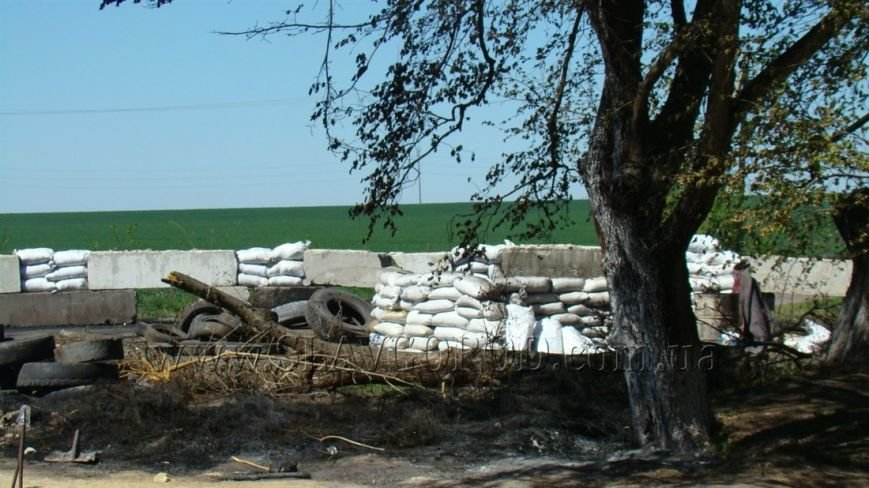 Ополченцы Славянска укрепили сгоревшие баррикады и завезли продукты на блокпост: ждут украинскую армию (фото) - фото 2