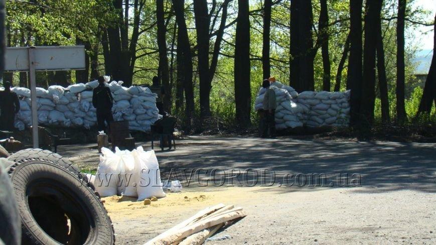 Ополченцы Славянска укрепили сгоревшие баррикады и завезли продукты на блокпост: ждут украинскую армию (фото) - фото 8