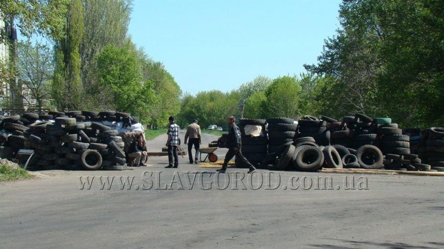 Ополченцы Славянска укрепили сгоревшие баррикады и завезли продукты на блокпост: ждут украинскую армию (фото) - фото 5