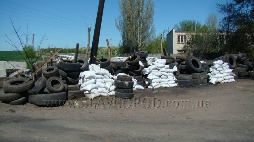 Ополченцы Славянска укрепили сгоревшие баррикады и завезли продукты на блокпост: ждут украинскую армию (фото) - фото 1