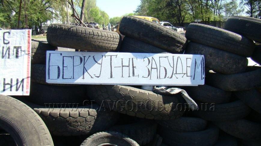 Ополченцы Славянска укрепили сгоревшие баррикады и завезли продукты на блокпост: ждут украинскую армию (фото) - фото 4