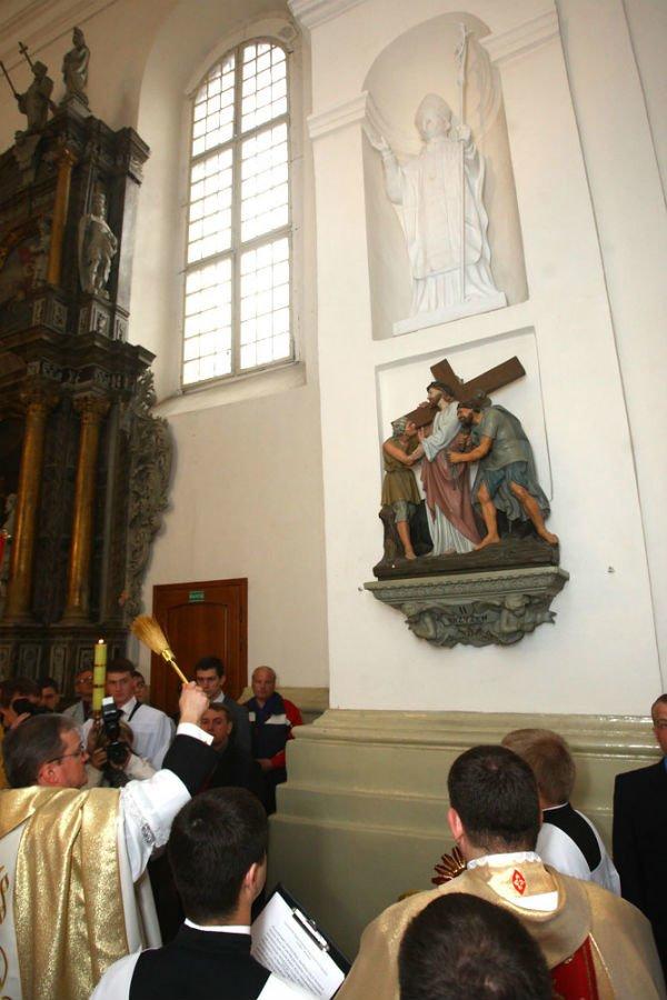 27 апреля в Фарном костеле установили и освятили фигуру Иоанна Павла II, фото-3