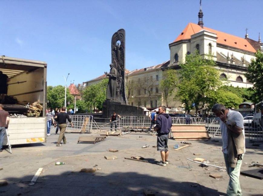У Львові розібрали сцену Євромайдану на частинки (ФОТО), фото-2