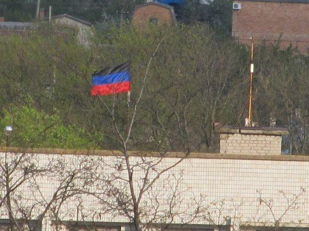 В Володарском районе над райгосадминистрацией появился флаг ДНР (Фотофакт), фото-1