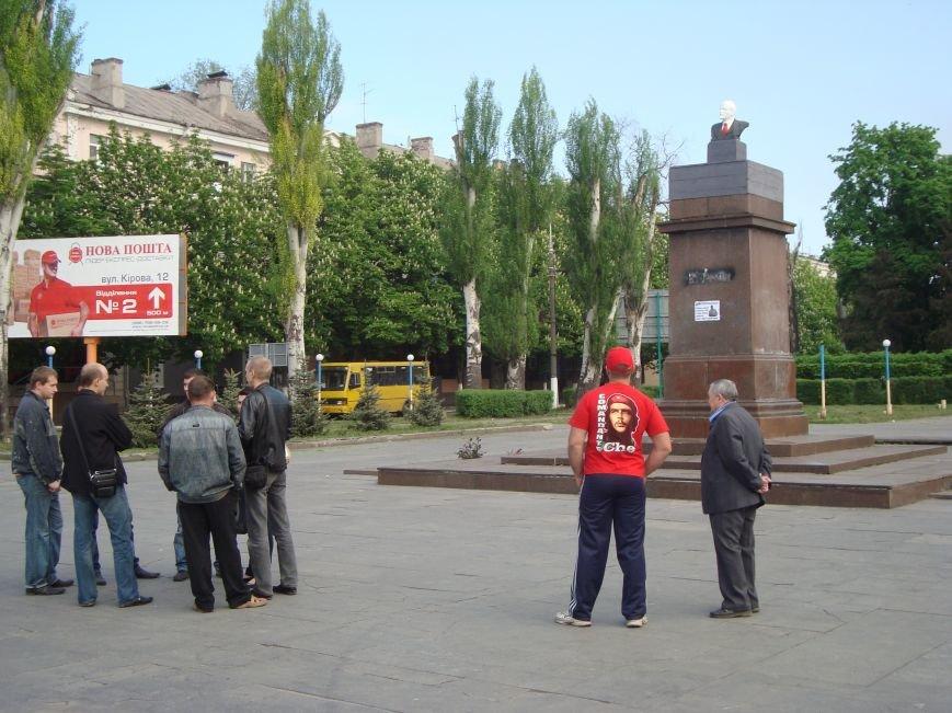 В Днепродзержинске в честь 1 мая вместо снесенного памятника Ленину на постамент  установили его бюст, фото-1