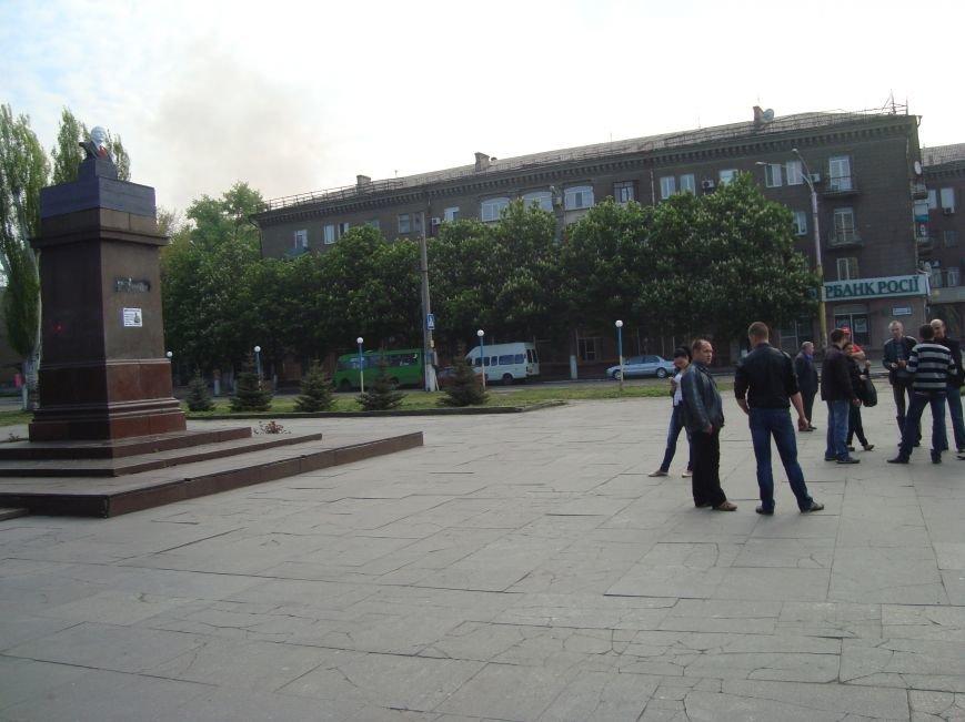 В Днепродзержинске в честь 1 мая вместо снесенного памятника Ленину на постамент  установили его бюст, фото-3