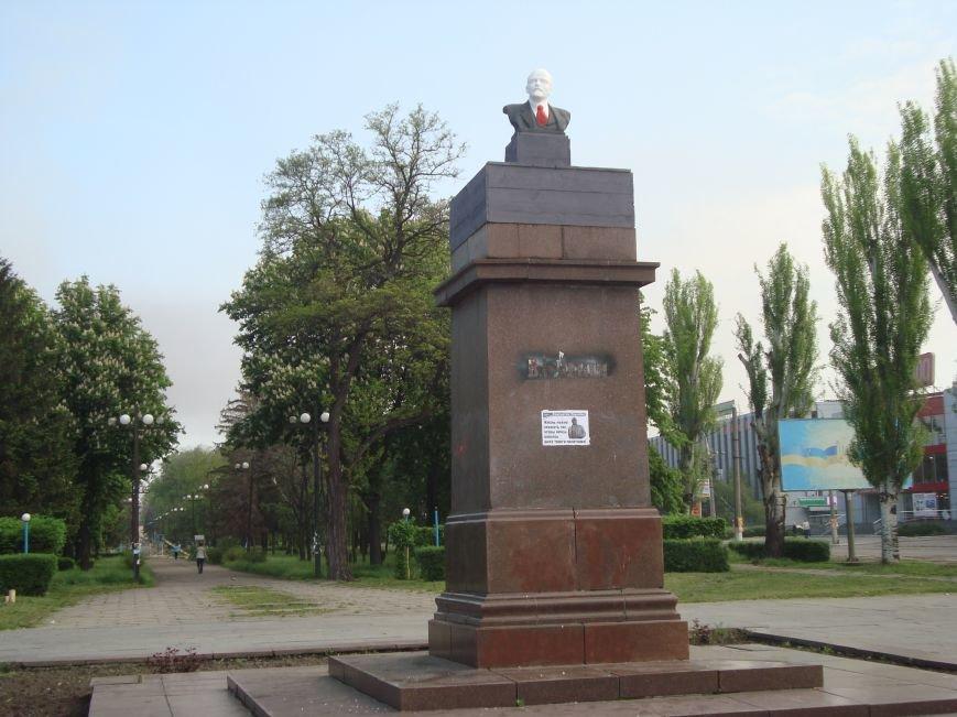 В Днепродзержинске в честь 1 мая вместо снесенного памятника Ленину на постамент  установили его бюст, фото-2