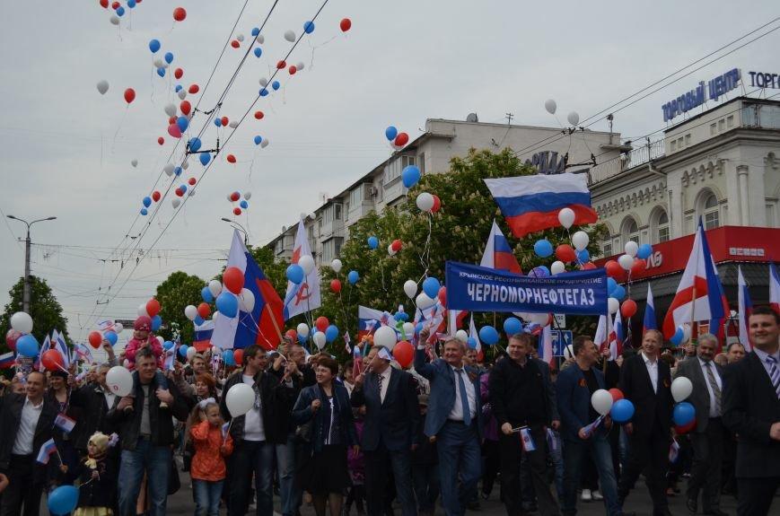 ФОТОРЕПОРТАЖ: По центру Симферополя в первомай пронесли портреты Путина, фото-2