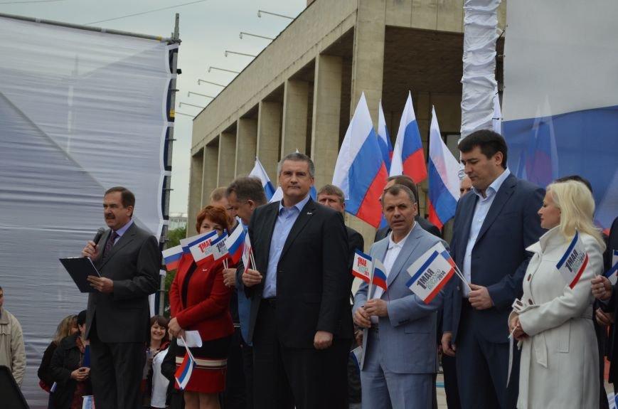 ФОТОРЕПОРТАЖ: По центру Симферополя в первомай пронесли портреты Путина, фото-14