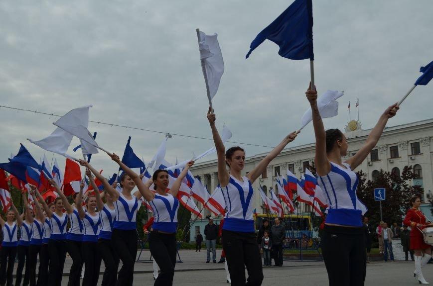 ФОТОРЕПОРТАЖ: По центру Симферополя в первомай пронесли портреты Путина, фото-16