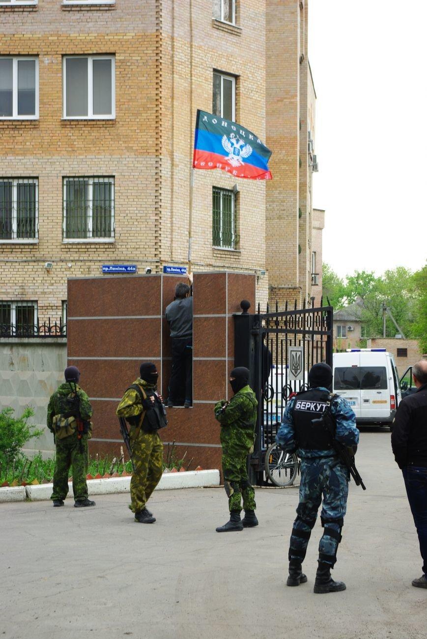 В Горловке захвачено здание ОБОПа. Над входом вывешен флаг ДНР, фото-1