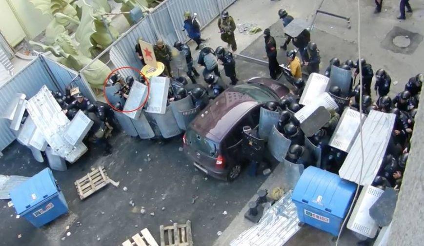 Видеофакт: Одесские милиционеры прикрывали боевика, который из автомата обстреливал митингующих, фото-2