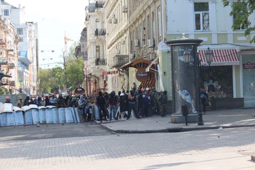 Видеофакт: Одесские милиционеры прикрывали боевика, который из автомата обстреливал митингующих, фото-1