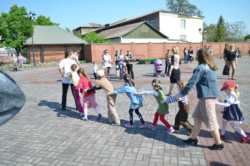 На Соборной площади возле Свято-Николаевского собора Днепродзержинска открылась «Детская площадка», фото-6