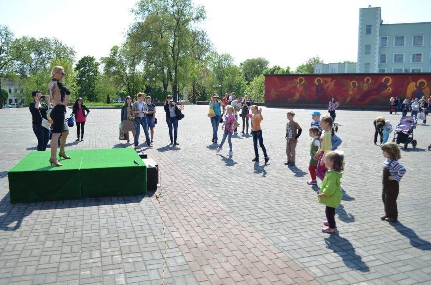На Соборной площади возле Свято-Николаевского собора Днепродзержинска открылась «Детская площадка», фото-3