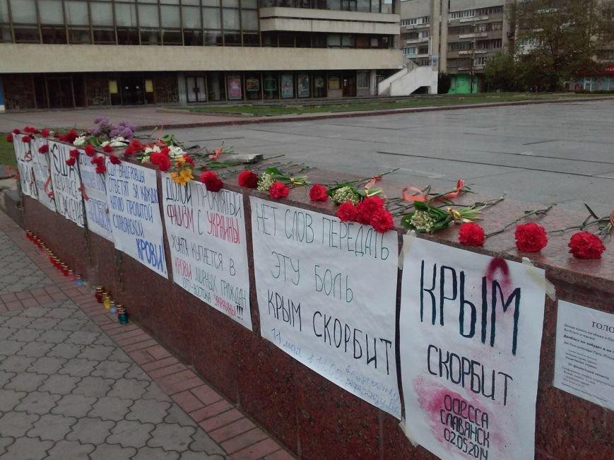 В Симферополе скорбят о жертвах столкновений в Одессе (ФОТО, ВИДЕО), фото-3
