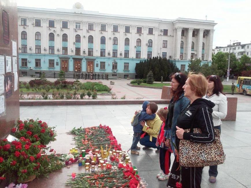 В Симферополе скорбят о жертвах столкновений в Одессе (ФОТО, ВИДЕО), фото-6