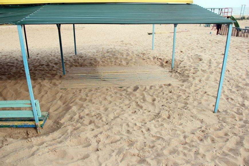 В Мариуполе на пляже «утонули» скамейки (Фотофакт), фото-2