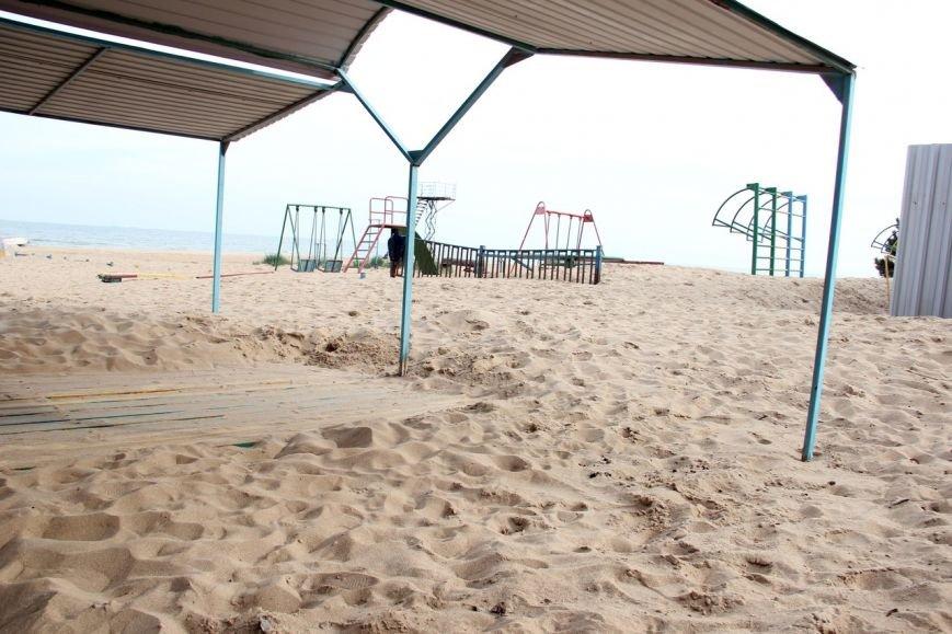 В Мариуполе на пляже «утонули» скамейки (Фотофакт), фото-3