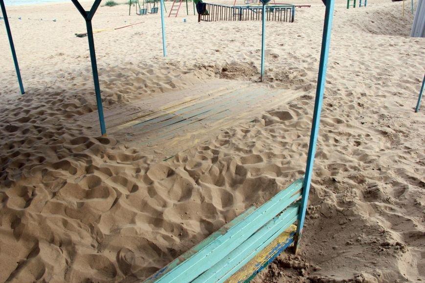 В Мариуполе на пляже «утонули» скамейки (Фотофакт), фото-1