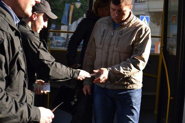 Сьогодні вранці львів'янам пропонували платили за проїзд не 3 гривні, а «синютками» (ФОТО), фото-3