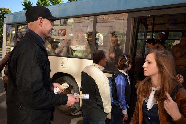Сьогодні вранці львів'янам пропонували платили за проїзд не 3 гривні, а «синютками» (ФОТО), фото-2